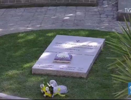 Papa Francesco pellegrino sulla tomba di don Tonino