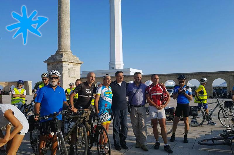Don Gianni Leo saluta i cicloviaggiatori dell'Acquedotto Pugliese